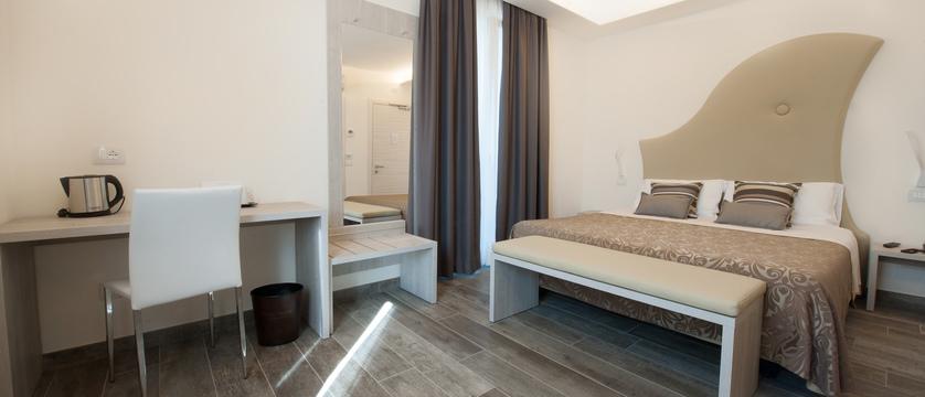 hotel-italia-garda-bedroom-2.jpg